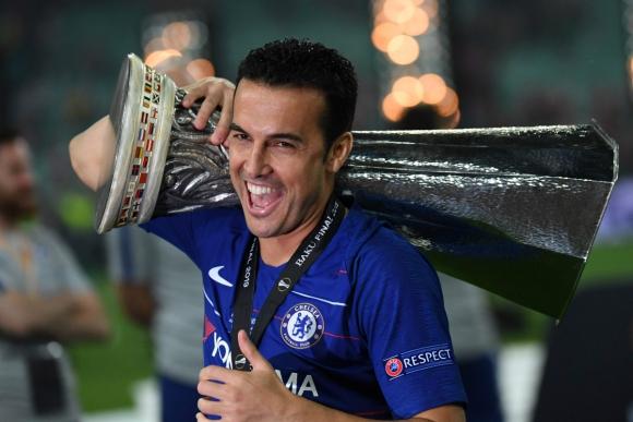 Pedro, del Chelsea, carga la copa de la Europa League que ganaron en la final ante Arsenal. Foto: AFP.