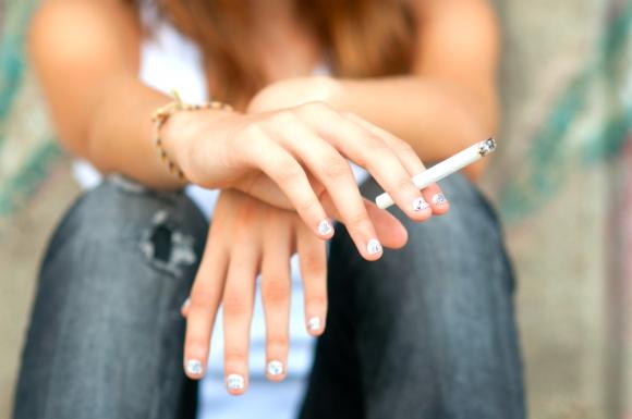 Mujer fumando un cigarrillo. Foto: Shutterstock