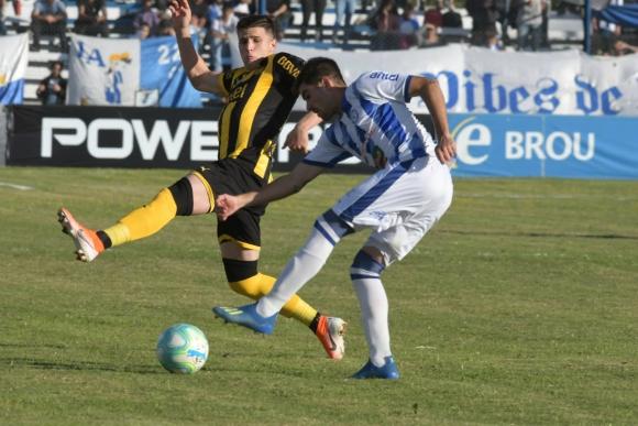 Giovanni González en el partido entre Cerro Largo y Peñarol. Foto: Francisco Flores.