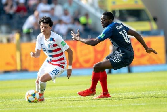 El francés Fofana disputa el balón con el estadounidense Richard Ledezma. Foto: EFE
