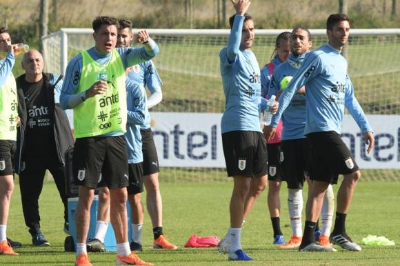 Los jugadores de la selección uruguaya durante un entrenamiento en el Complejo Celeste. Foto: Gerardo Pérez.