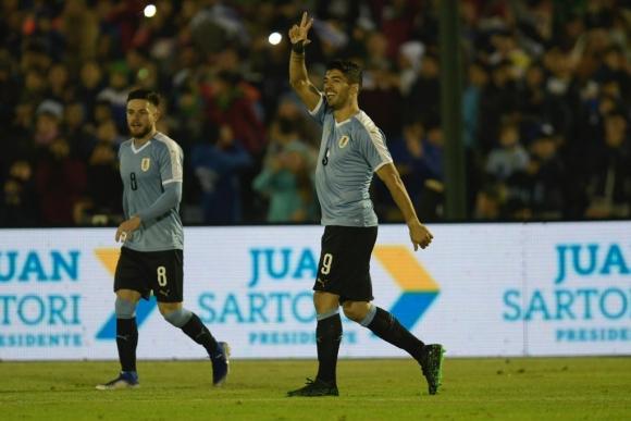 Luis Suárez festeja su tanto frente a Panamá en el Estadio Centenario. Foto: Gerardo Pérez.