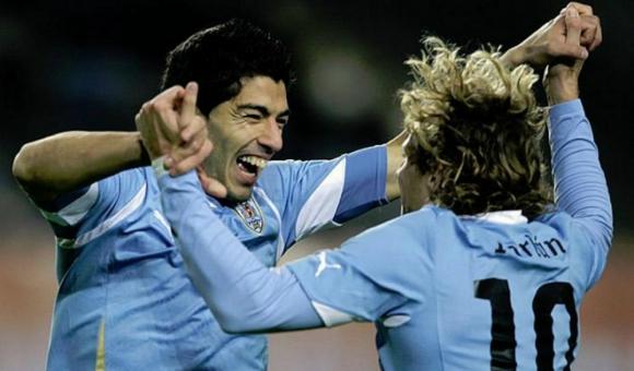 Luis Suárez festejando con Diego Forlán un gol suyo en la Copa América 2011