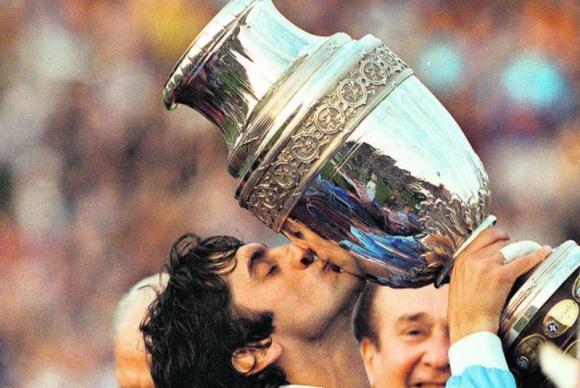 Enzo Francescoli junto al trofeo de la Copa América 1995