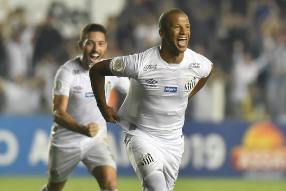 Carlos Sánchez celebra su gol con el Santos. Foto: Santos.