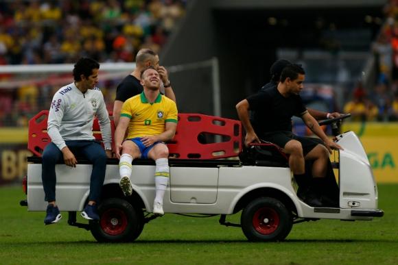 Arthur se fue con mucho dolor tras el golpe en la rodilla