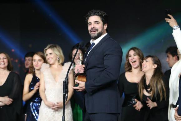 Luciano Castro durante la ceremonia de los Premios Martín Fierro. Foto: Telefe.