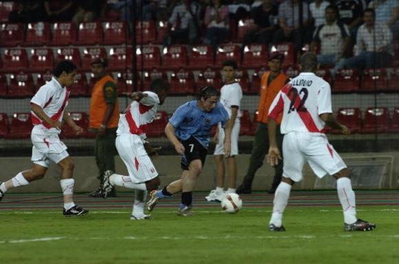 Cristian Rodríguez ante Perú en la Copa América 2007. Foto: Archivo.