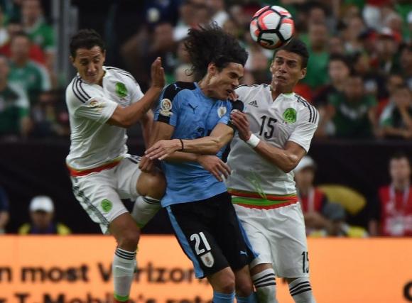 Edinson Cavani frente a México en la Copa América Centenario. Foto: Archivo.