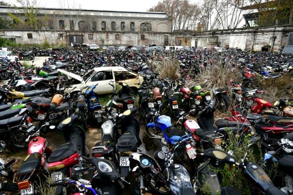 Miles de autos y motos en un depósito de la Intendencia de Montevideo. Foto: Fernando Ponzetto