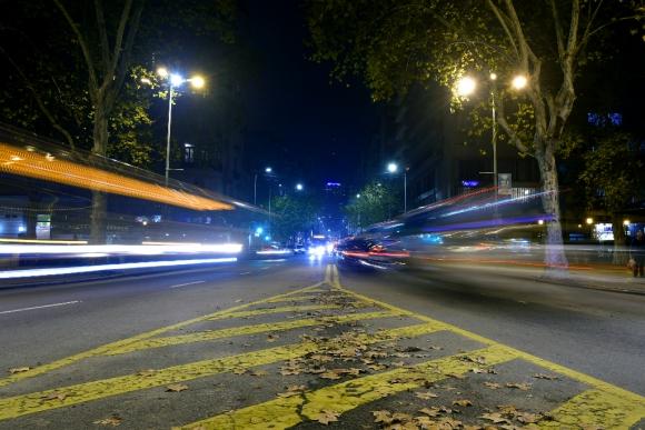 Tránsito nocturno en la avenida 18 de Julio. Foto: Fernando Ponzetto