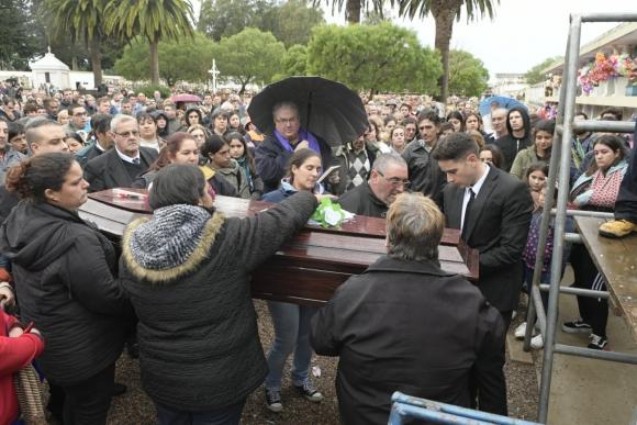 Familiares y amigos despidieron a Micaela Onrrubio. Foto: Darwin Borrelli