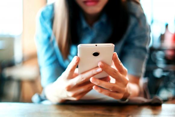 Mujer usando el celular. Foto: Shutterstock
