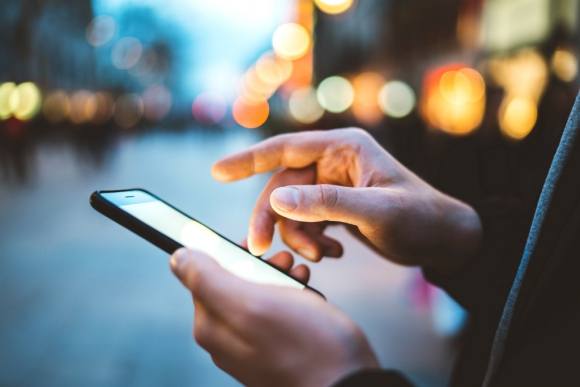 Hombre usando el celular. Foto: Shutterstock