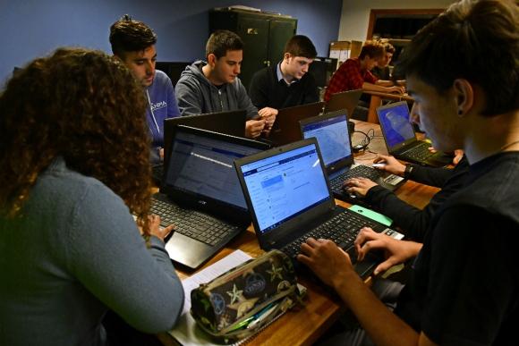 Alumnos del bachillerato tecnológico Ánima cursando una clase de sistema de base de datos. Foto: Fernando Ponzetto