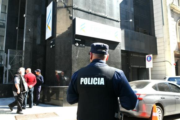 Un policía frente a la sede de la Fiscalía General de la Nación. Foto: Darwin Borrelli