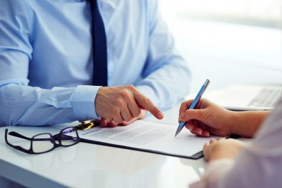 Firmando un contrato. Foto: Shutterstock