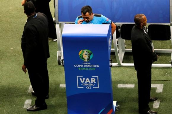 Incidencias. Las jugadas son analizadas de una forma diferente desde que está el  VAR. Foto: Reuters.