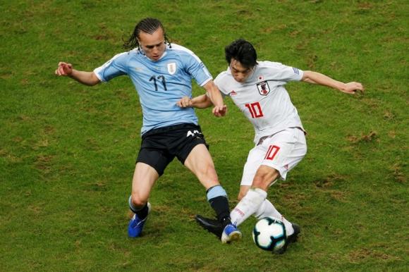 Diego Laxalt en el juego ante Japón. Foto: Reuters.