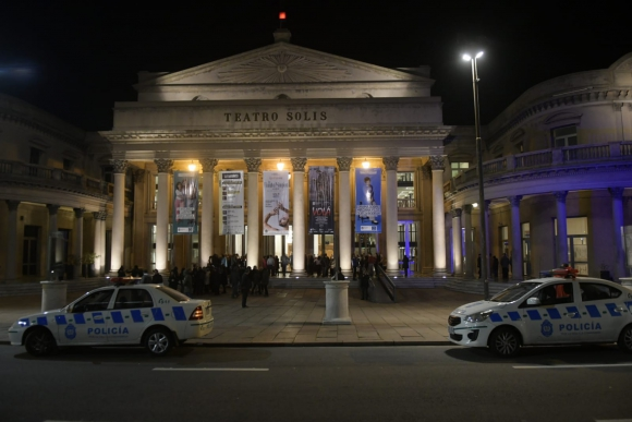 El Teatro Solís fue evacuado en pleno concierto. Foto: Marcelo Bonjour