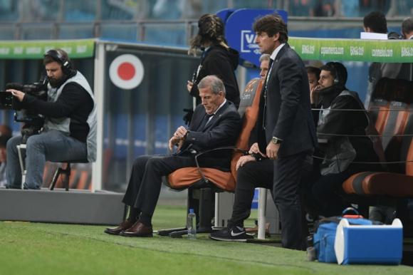 El maestro Oscar Washington Tabárez en el partido entre Uruguay y Japón. Foto: Gerardo Pérez.