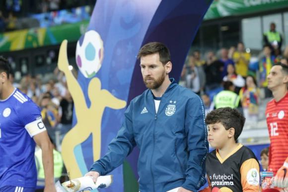Lionel Messi entrando a la cancha