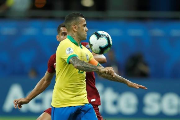 Dani Alves, capitán del Brasil que hoy enfrenta a Perú. Foto: Efe.
