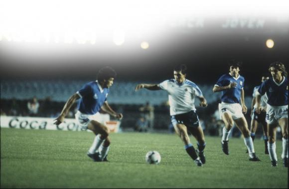 Ruben Sosa durante el encuentro con Argentina en Maracaná, por la ronda final de la Copa América 1989. Foto: archivo El País.