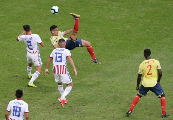 El intento de chilena de Radamel Falcao García en el Colombia vs. Paraguay. Foto: Reuters