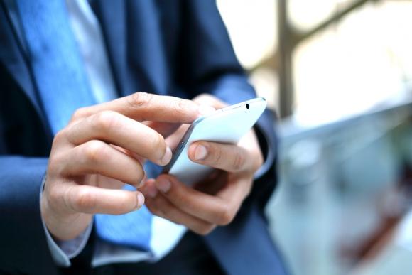 Joven usando un celular. Foto: Shutterstock