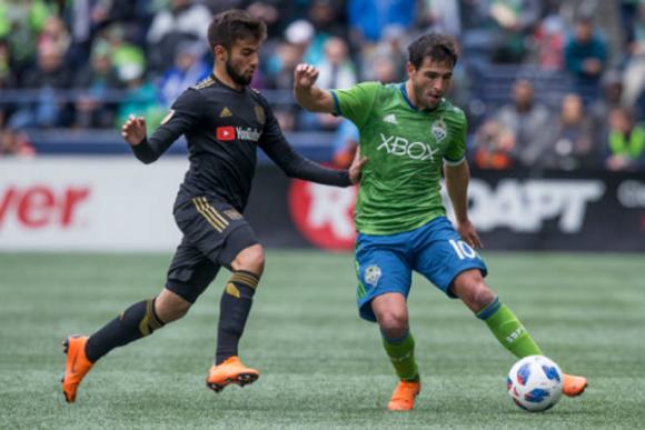Nicolás Lodeiro y Diego Rossi en acción en un juego entre Seattle y Los Ángeles.