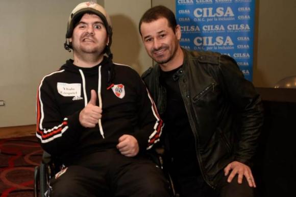 Rodrigo Mora junto a Ezequiel Ybalo, uno de los 40 beneficiarios. Foto: Cortesía
