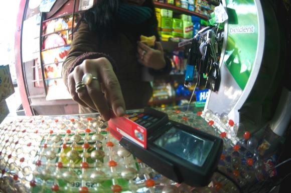 Persona pagando con tarjeta en una terminal POS. Foto: Fernando Ponzetto