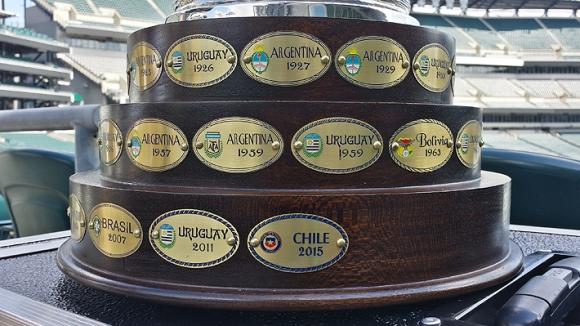 El trofeo de la Copa América con una chapa de Chile