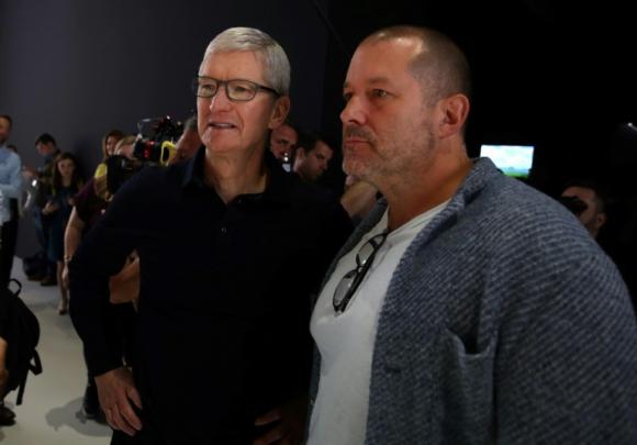6568e56313e Tim Cook junto a Jony Ive. Foto: AFP. El veterano jefe de diseño de Apple  ...