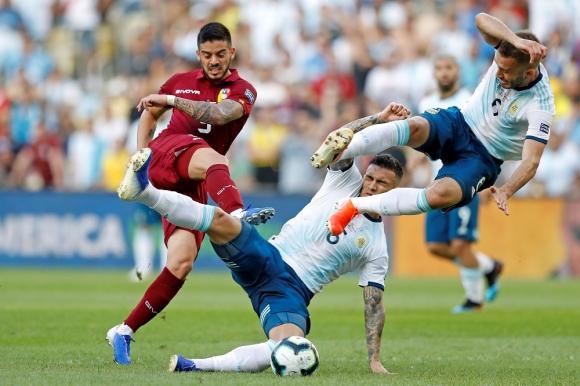Leandro Paredes y Germán Pezzella en el tiro de Junior Moreno en el Argentina vs. Venezuela