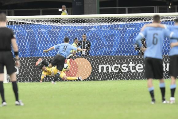 Luis Suárez ejecuta el penal y Gallese se lo ataja. Foto: Gerardo Pérez.