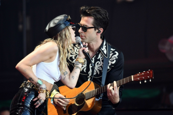 Miley Cyrus y Mark Ronson en Glastonbury. Foto: AFP