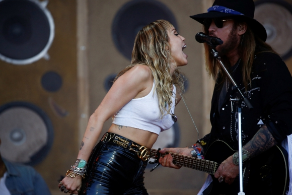Miley Cyrus y Billy Ray Cyrus en Glastonbury. Foto: Reuters