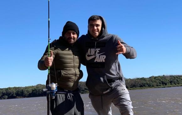 Maxi Gómez de pesca en su ciudad natal, Paysandú.