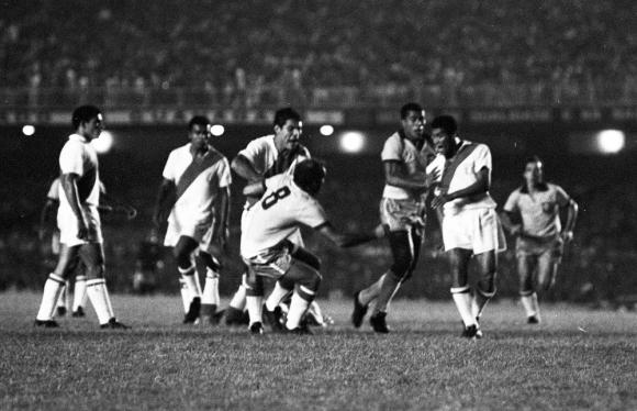 Pelea. Los casi 90 mil espectadores del Maracaná fueron testigos de los incidentes.