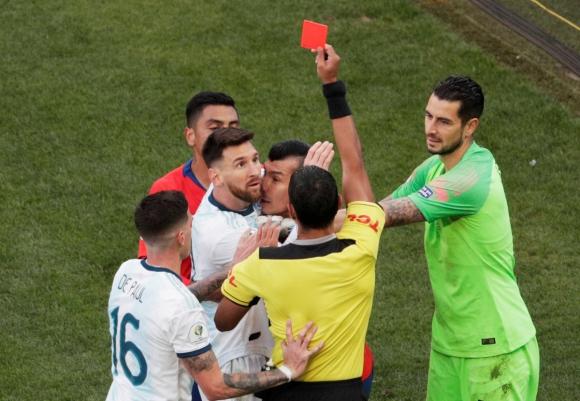 Lionel Messi es expulsado por el árbitro Díaz de Vivar. Foto: Reuters.