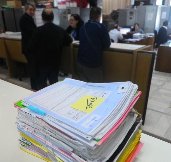 Expedientes acumulados en la Dirección General Impositiva. Foto: Fernando Ponzetto