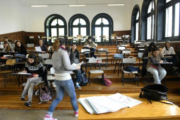 Estudiantes en un salón de universidad. Foto: Archivo El País