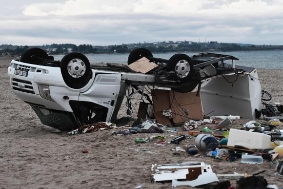 Una camioneta volcada por los fuertes vientos. Foto: AFP