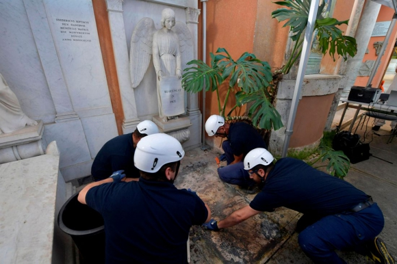 Trabajadores este jueves abriendo una de los dos tumbas en el cementerio del Vaticano. Foto: AFP