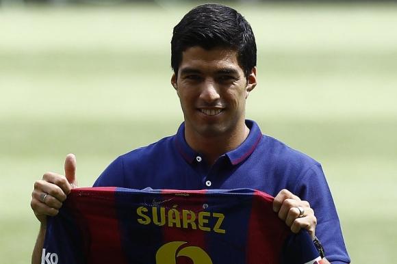 Luis Suárez durante su presentación con la camiseta del Barcelona. Foto: AFP