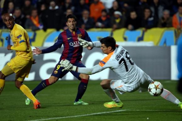 Luis Suárez anotando su primer gol ante el APOEL por Champions League. Foto: AFP