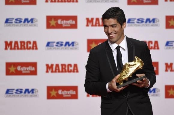 Recibiendo la Bota de Oro que lo acreditaba como máximo goleador de Europa de la temporada. Foto: AFP