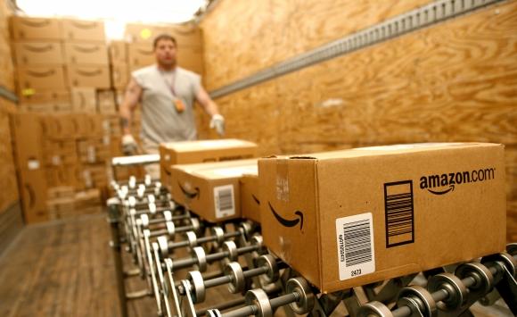 Centro logístico con cajas de Amazon. Foto: Archivo El País.